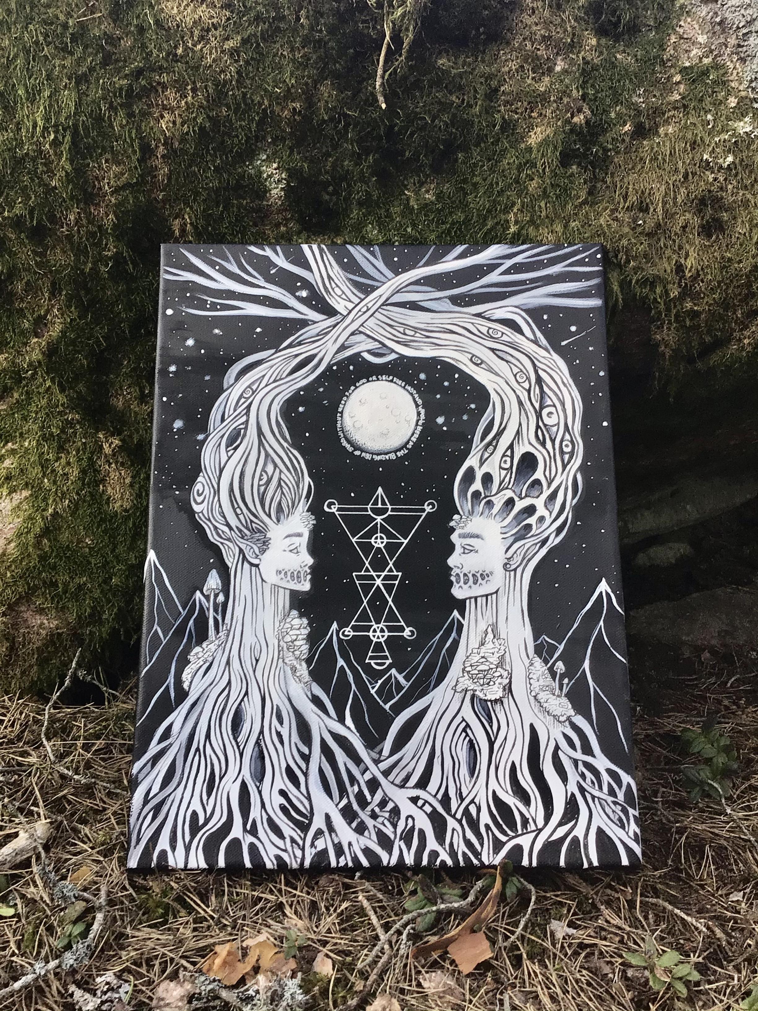 Målning i svart och vitt, av en man och kvinna med hår och kroppar som bildar grenar och rötter. En geometrisk symbol och en måne är ritad mellan dem