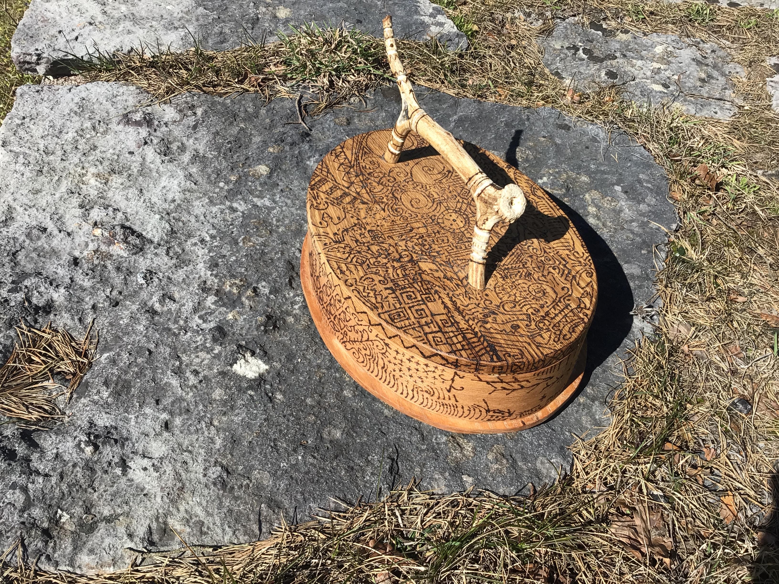 Svepask med mönster av olika symboler och besvärjelser. Gjord i trä och brännpenna med lock och handtag i rådjurshorn