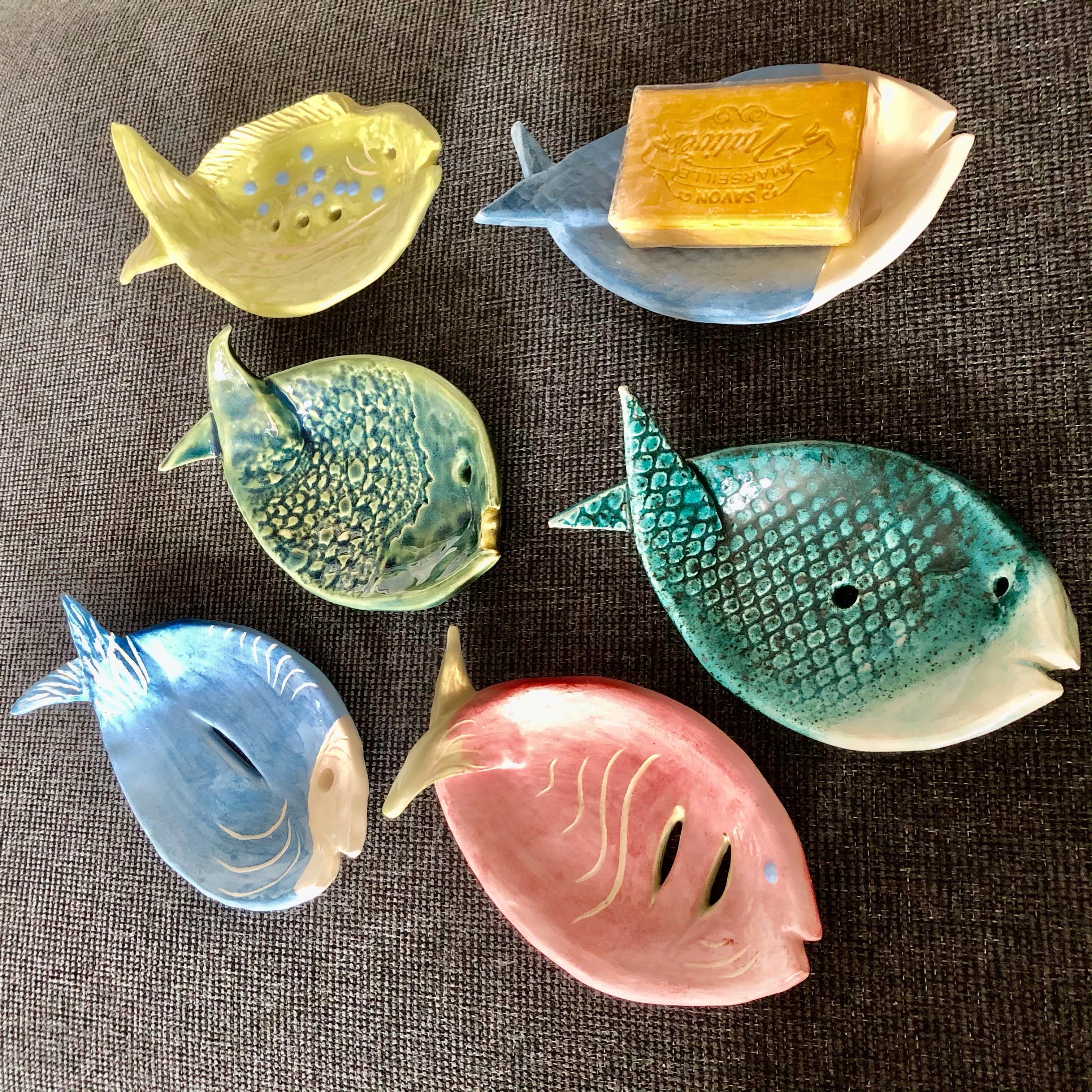 Fiskar. En kollektion tvålkoppar i keramik, samma form men olika färger och uttryck med hjälp av engober och glasyrer.