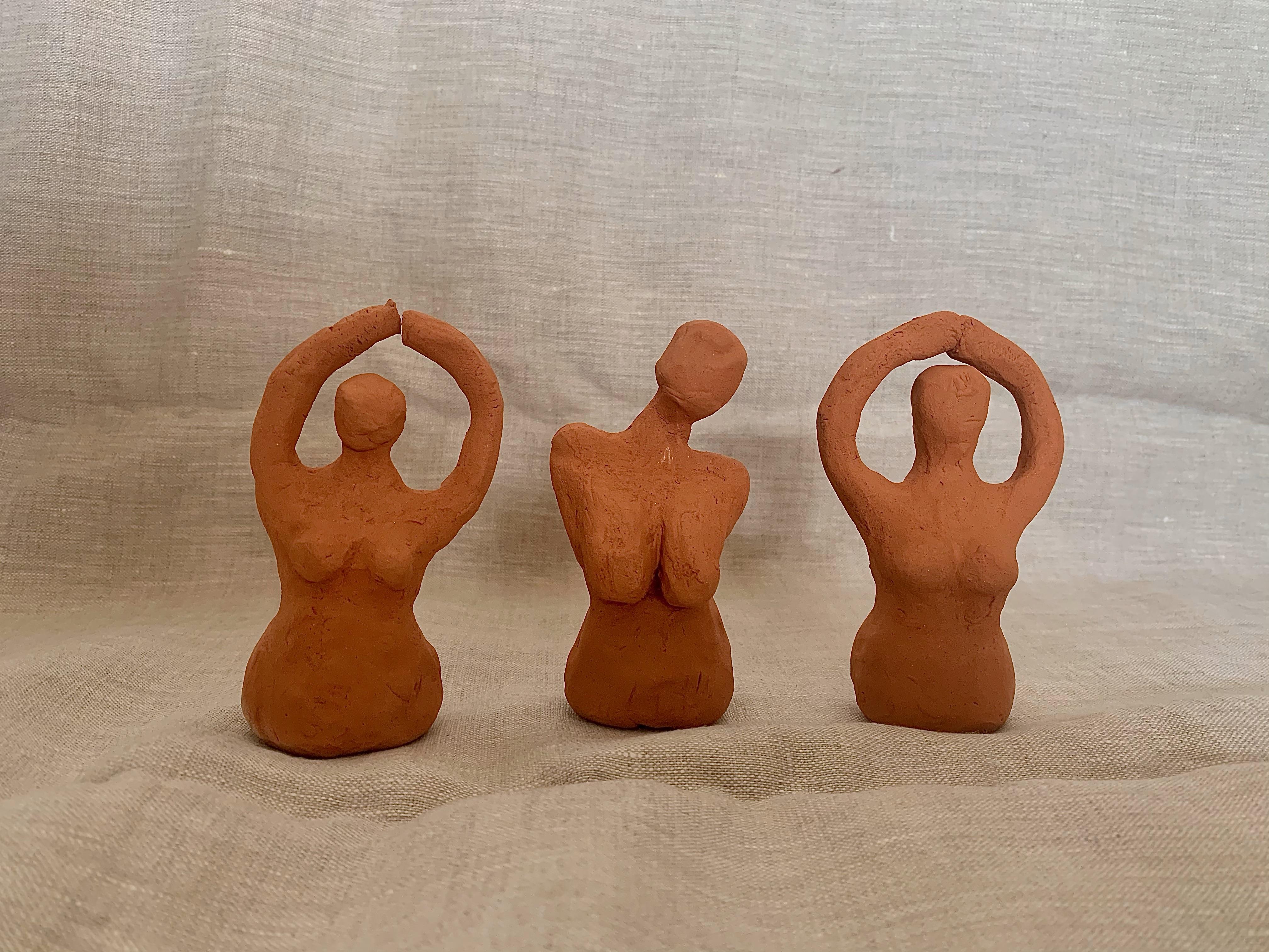 Tre stycken kvinnliga figurer i massiv terracotta lera.
