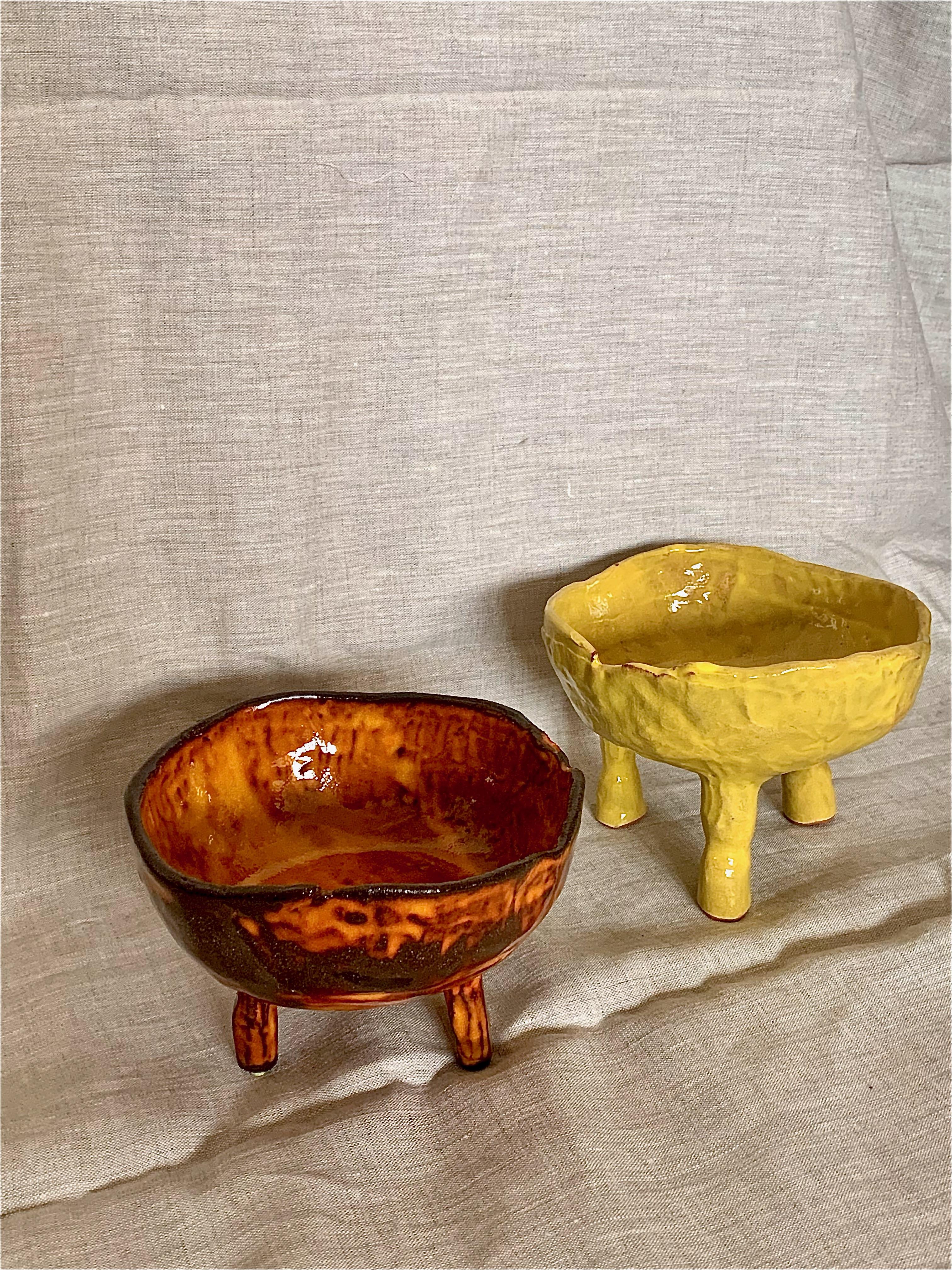 2 st keramikskålar. Skål 1 med brun lera samt orange glasyr. Skål 2 med terracotta lera samt gul glasyr.