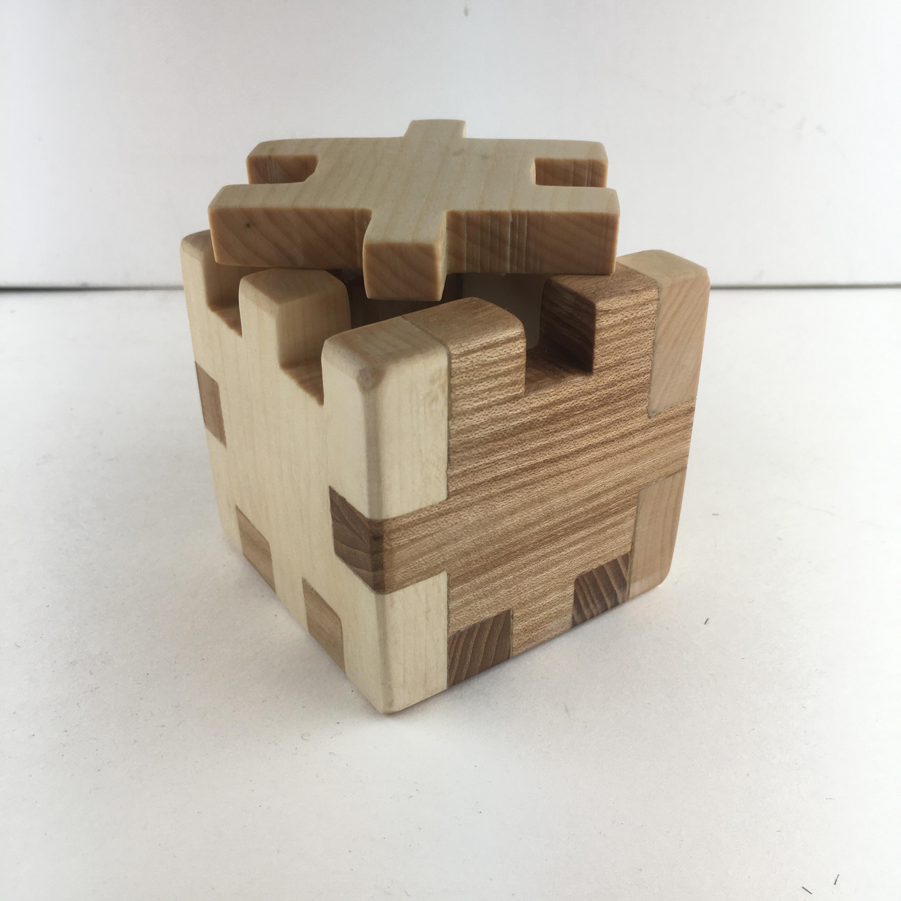 Ett saltkar i trä inspirerat av en pusselkub.
