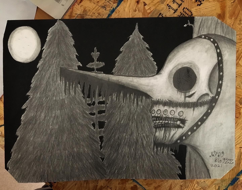 En människa i mask med långspetsig näsa och blixtlås till tänder, som befinner sig i en mörk skog