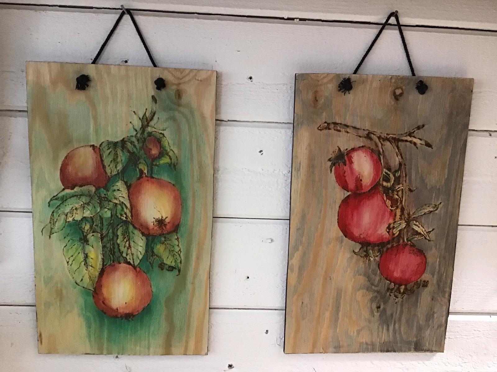 Trätavlor med äpplen och nyponfrukter. Motiv bränt ned brännarna och målade med acryl