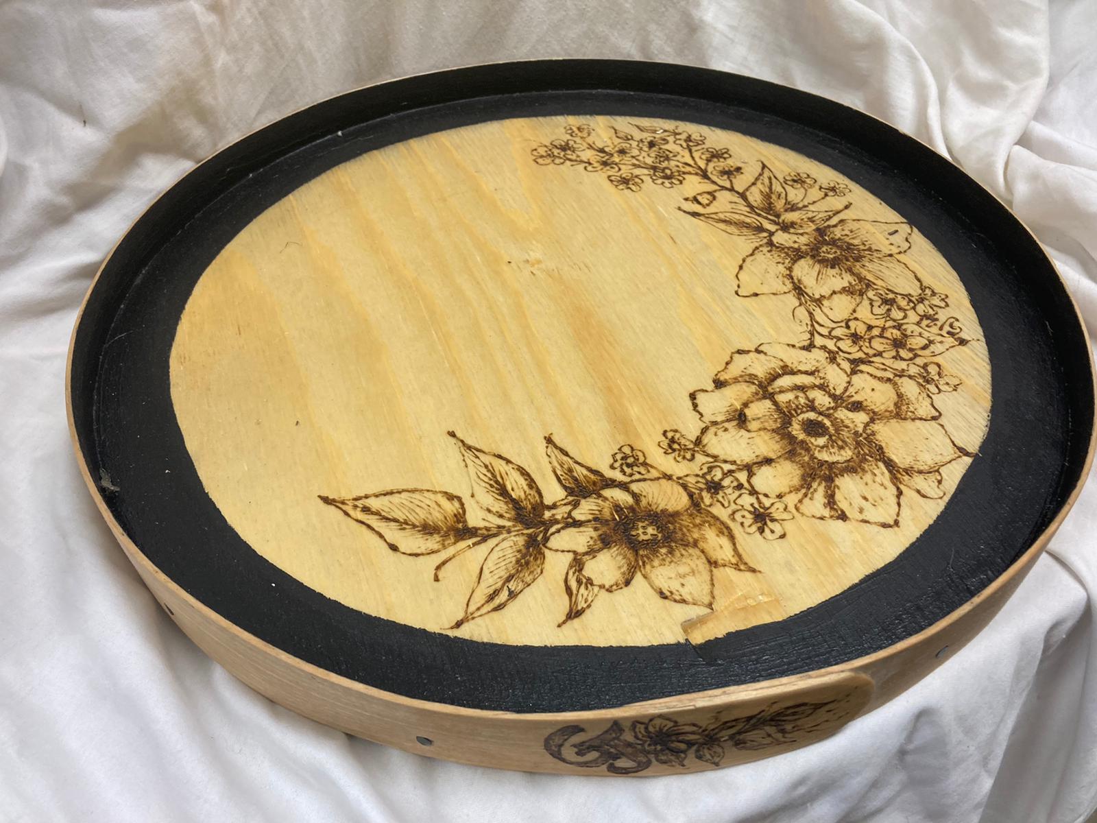 Träfat/bricka med en blomster slinga. Motiv bränt med brännpenna och kant svept i ask.