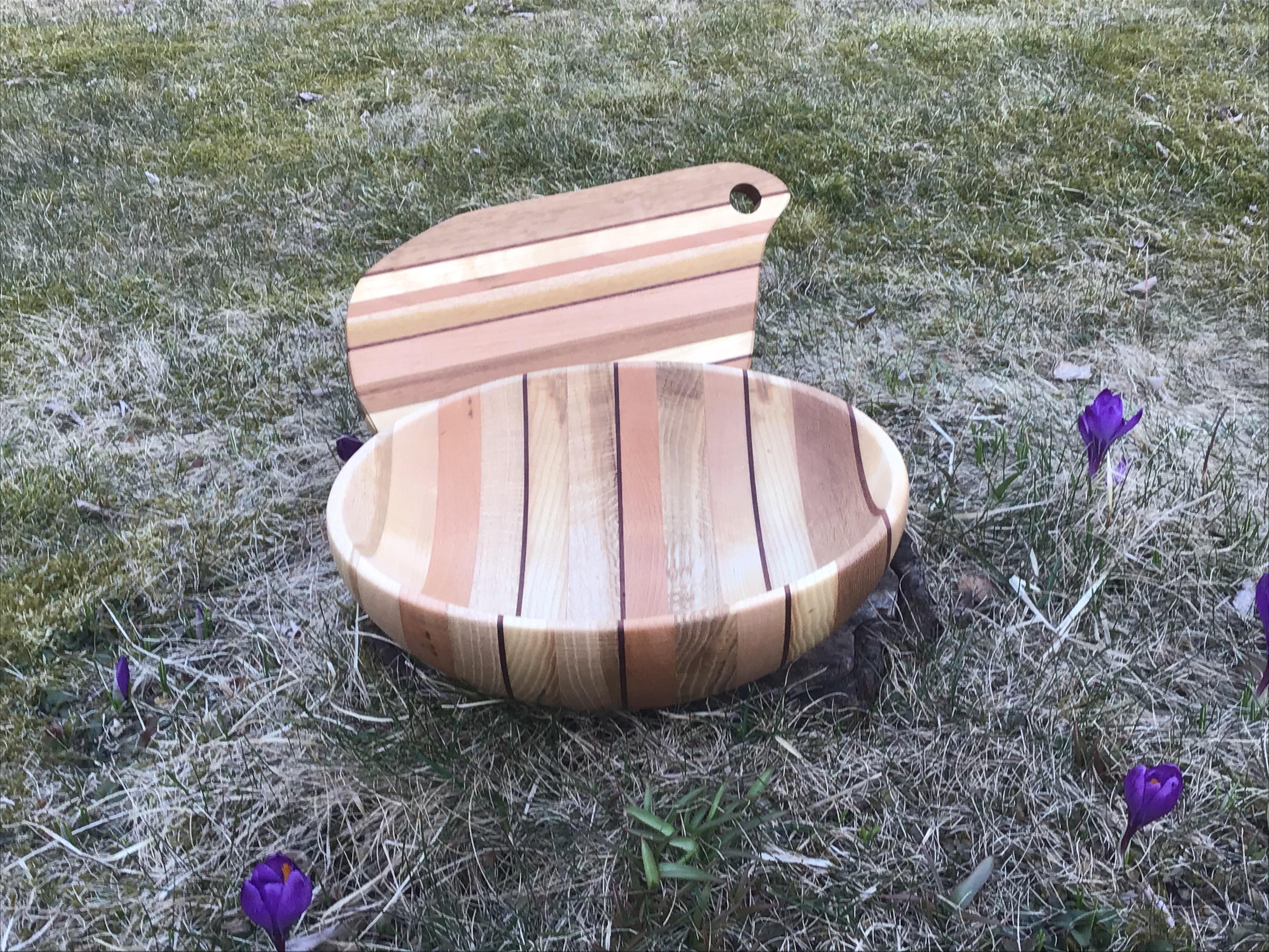 Svarvad skål i skiktlimmat trä och matchande skärbräda.