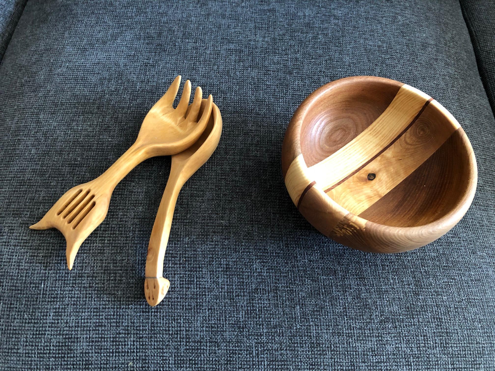 Snacksskål svarvad av sammanfogad alm, björk, ask och ett stråk körsbär. Salladsbestick Musica, täljt av al och Björk