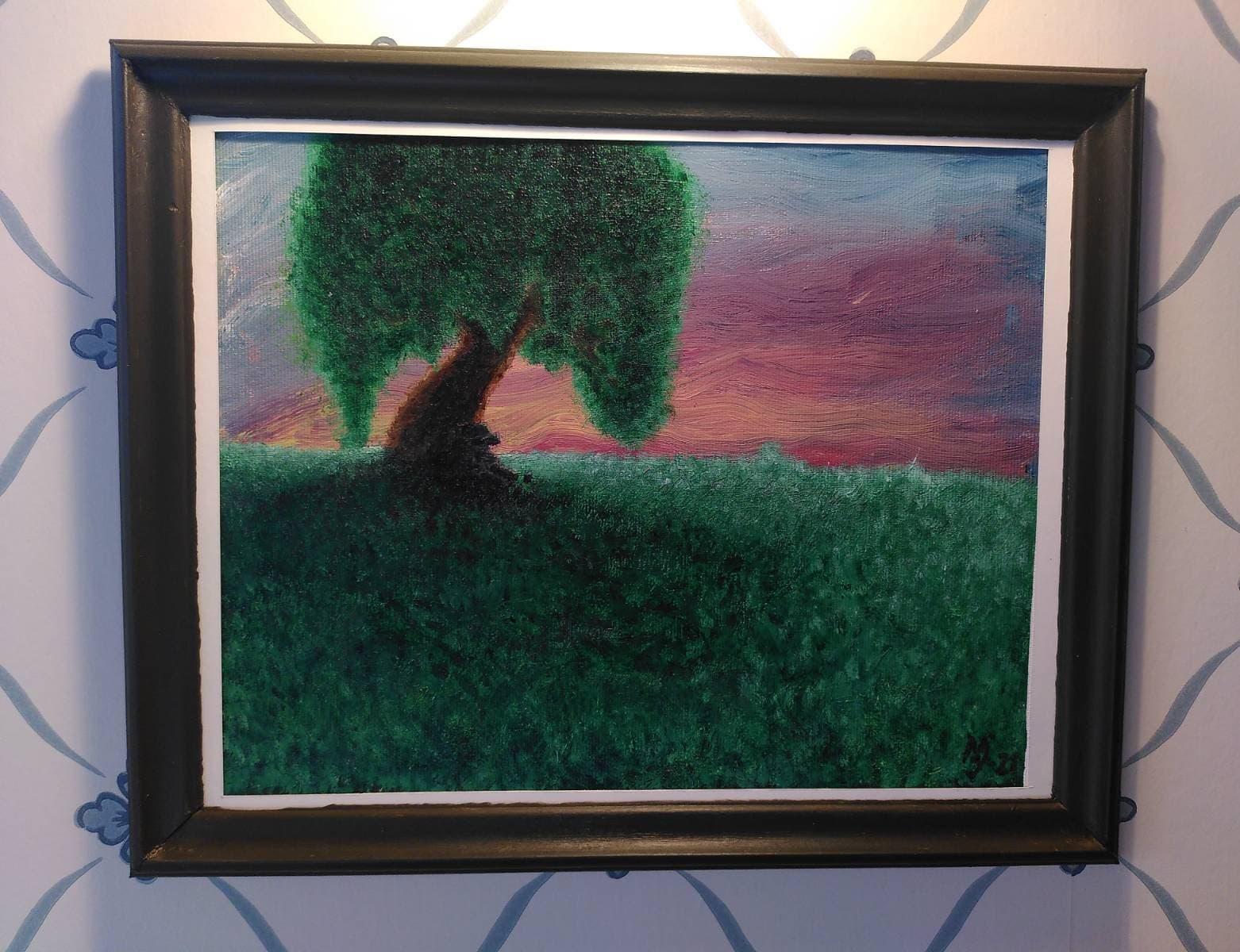 Tupplur på kullen:Akrylmålning föreställande en figur som tar en tupplur under ett ensamt träd uppe på en grön kulle under en solnedgång. Träram målad i en brungrön färg.