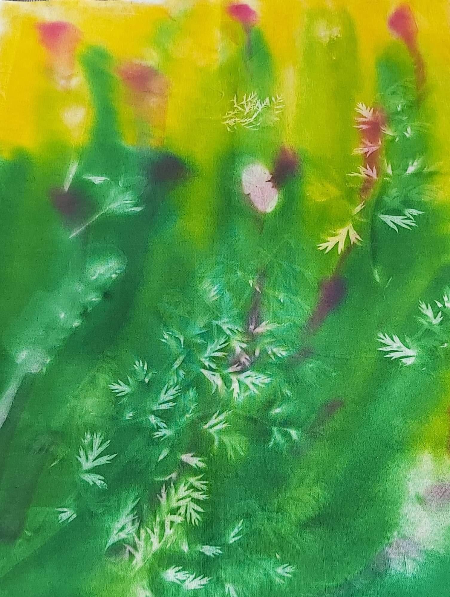 Soltryck i grönt och gult och rosa med ljusa mönster av olika bladformer