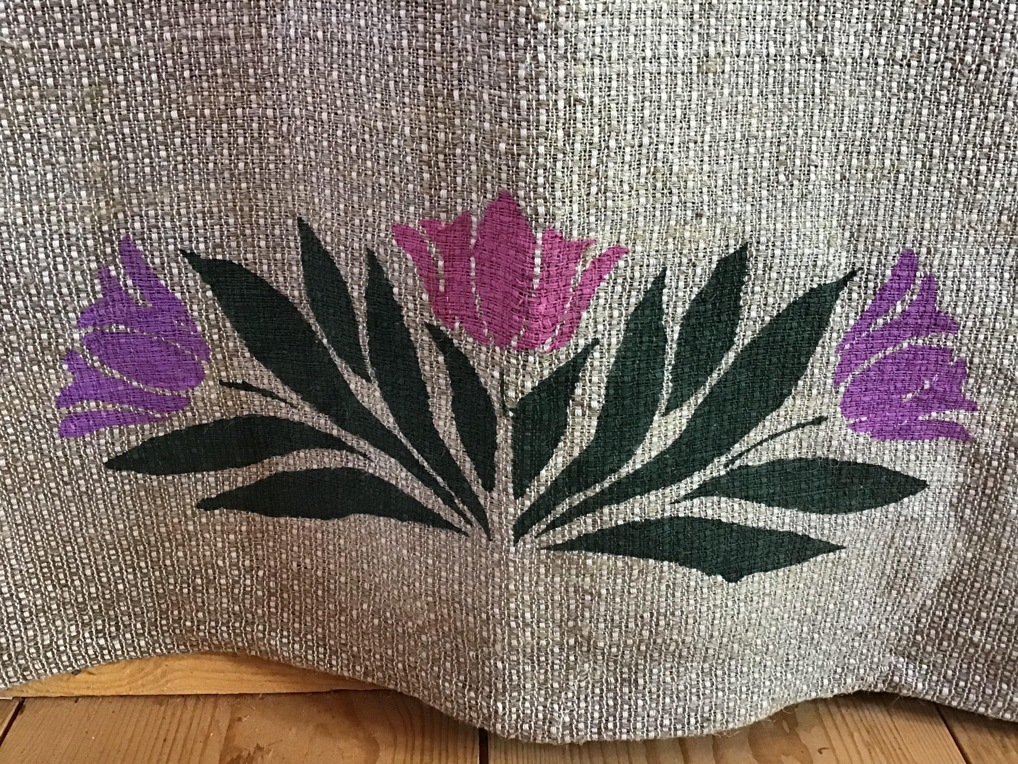 Det är en av de 6 gardiner jag har vävd till min vävstuga .Inslaget är av lin som jag har odlad, berett och spunnit själv. På skolan har jag gjort en schablon av plast och sedan tryckt tulpaner på den med en svamp. mönstret i väven är Engelsk tuskaft