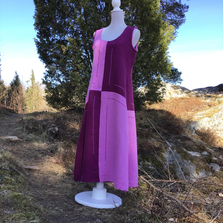Lång ärmlös klänning i rosa och lila linnetyg med maskinbroderier
